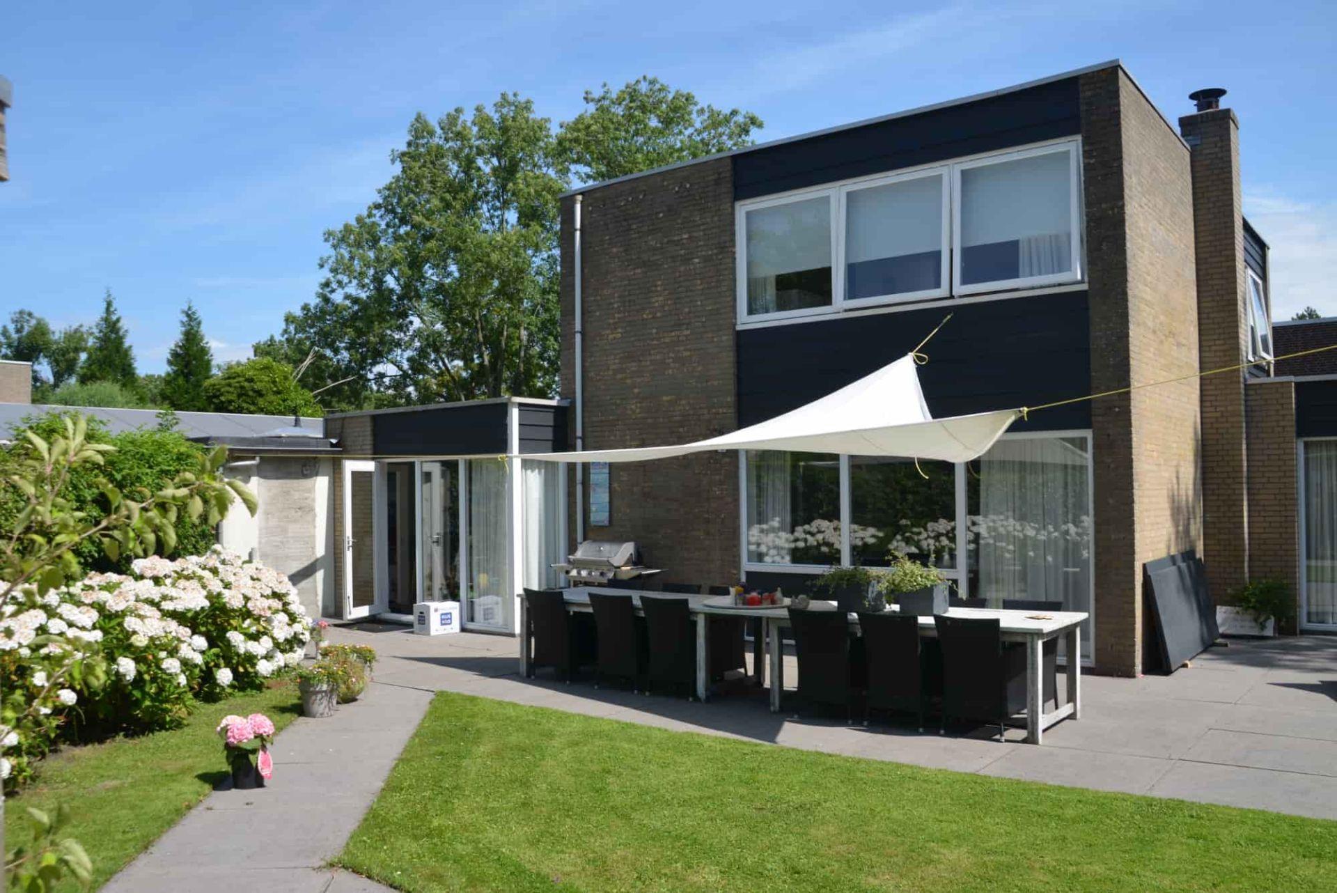 Villa de Nes is een heerlijke villa voor 6 personen in Bergen, gelegen in een rustige wijk.